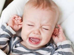 У ребенка болит ухо - что делать в домашних условиях