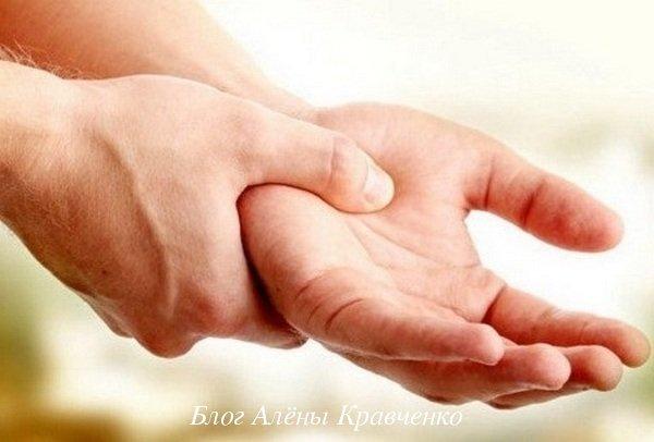 Немеет левая рука от локтя до пальцев: причины, лечение, что делать